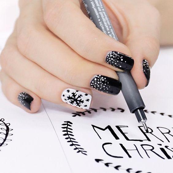 Uñas en blanco y negro con copos de nieve en color negro