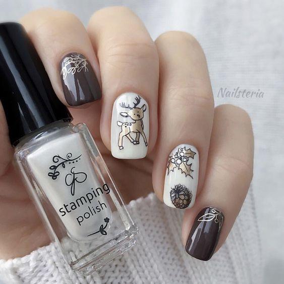Uñas en blanco y gris con stickers de Navidad