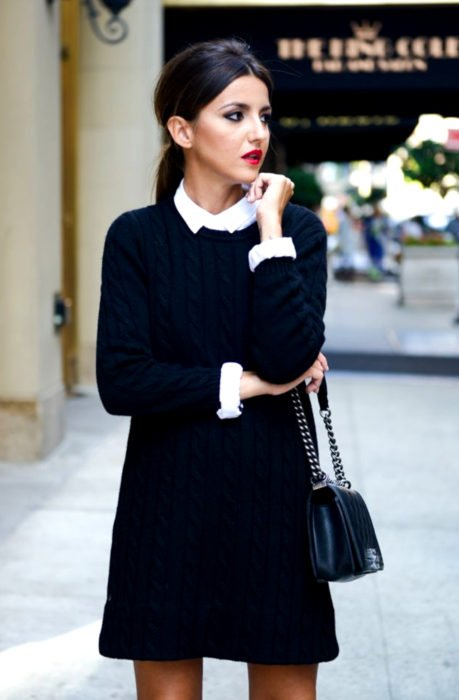 Chica vestida de Merlina Adams; vestido negro tejido con cuello blanco