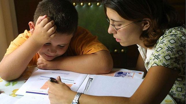Donna con suo figlio che spiega i compiti