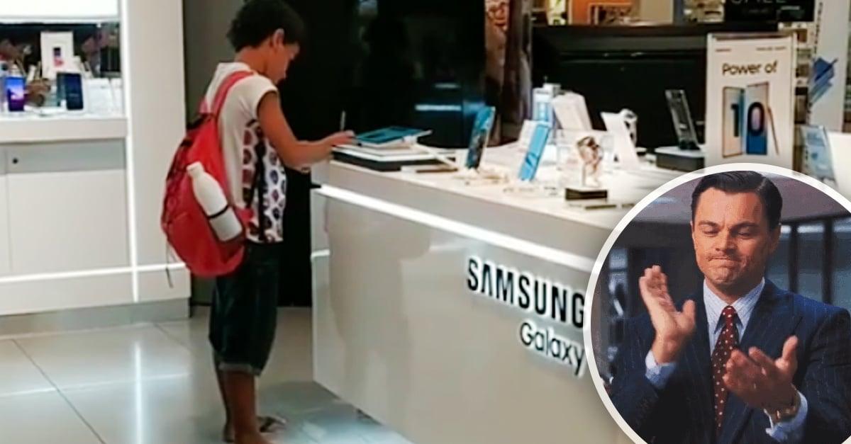 Niño conmueve a las redes sociales por hacer la tarea en una tienda de electrónicos