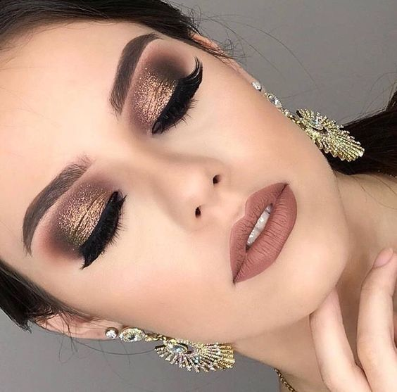 Chica maquillaje en café con roa gold