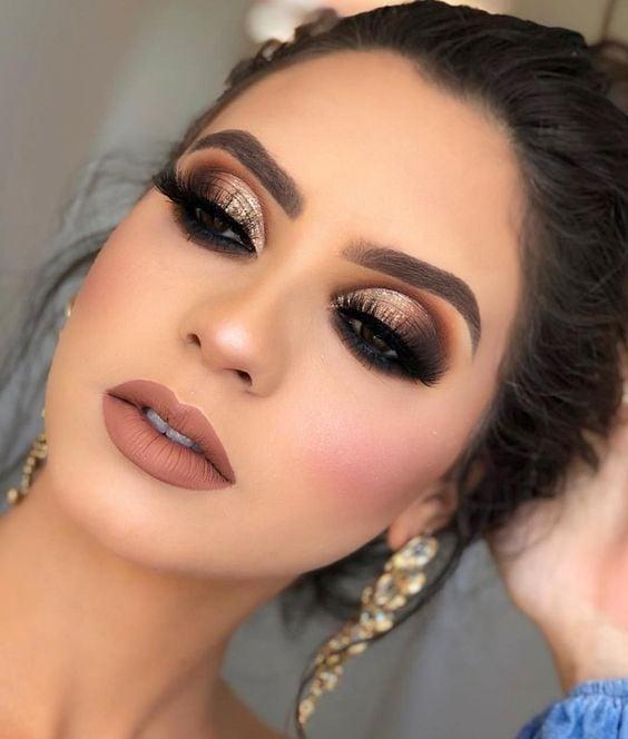 Chica mirando hacia abajo mostrando maquillaje en café