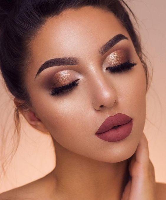 Chica con maquillaje en rosa palo