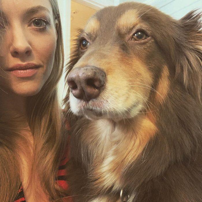 Finn y Amanda Seyfried posando para un fotografía dentro de una recamara