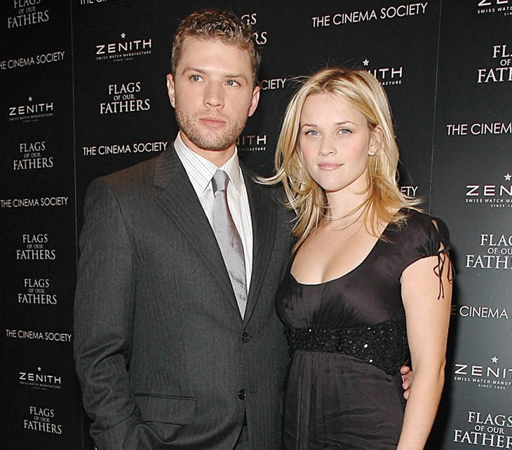 Reese Witherspoon y Ryan Phillippe posando para una foto en una alfombra roja
