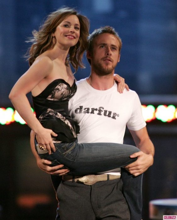 Rachel McAdams y Ryan Gosling abrazados mientras estaban en la premiación de los MTV movie Awards