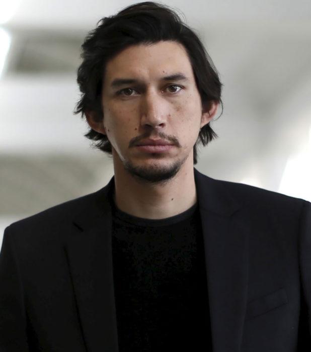 Actor Adam Driver; hombre con cabello negro, largo, lacio, barba, bigote y traje negro