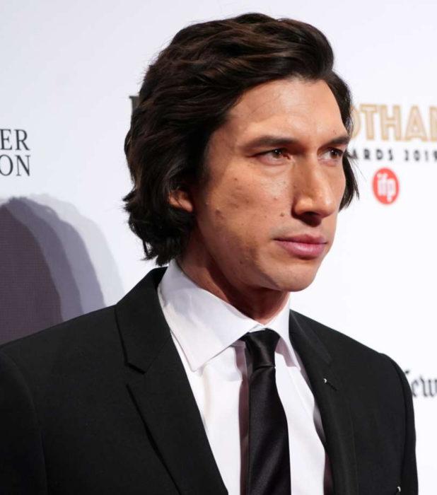 Actor Adam Driver; hombre de cabello largo y oscuro, con traje y corbata