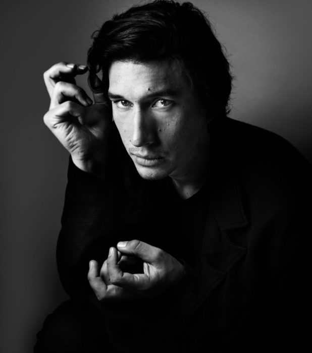 Actor Adam Driver; fotografía en blanco y negro, de cabello largo y abrigo oscuro
