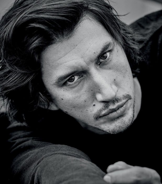Actor Adam Driver; fotografía en blanco y negro de hombre de mirada profunda, de cabello largo y oscuro con barba y bigote