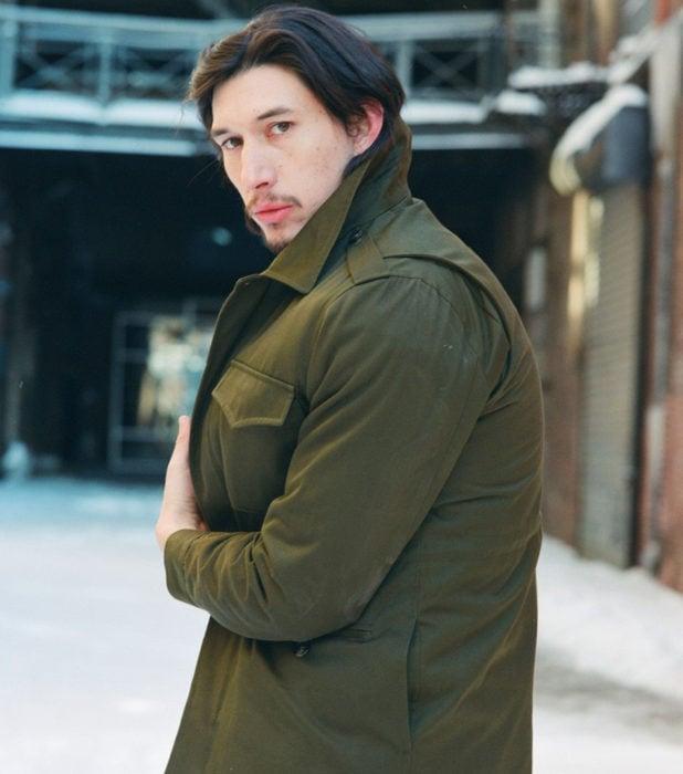 Actor Adam Driver; hombre con chamarra verde olivo, de cabello castaño y largo, con barba y bigote
