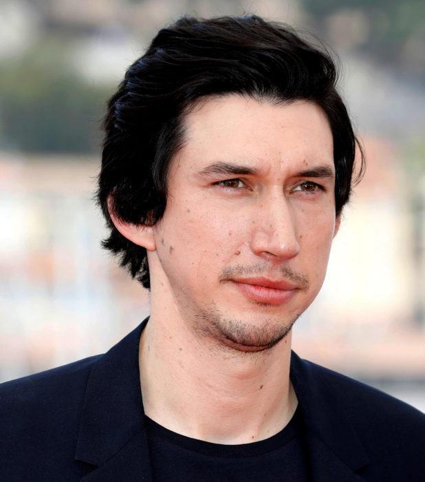 Actor Adam Driver; hombre de ojos verdes, cabello negro, lacio y corto