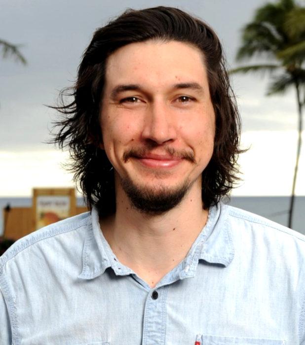 Actor Adam Driver; hombre sonriendo, con cabello largo, barba y bigote