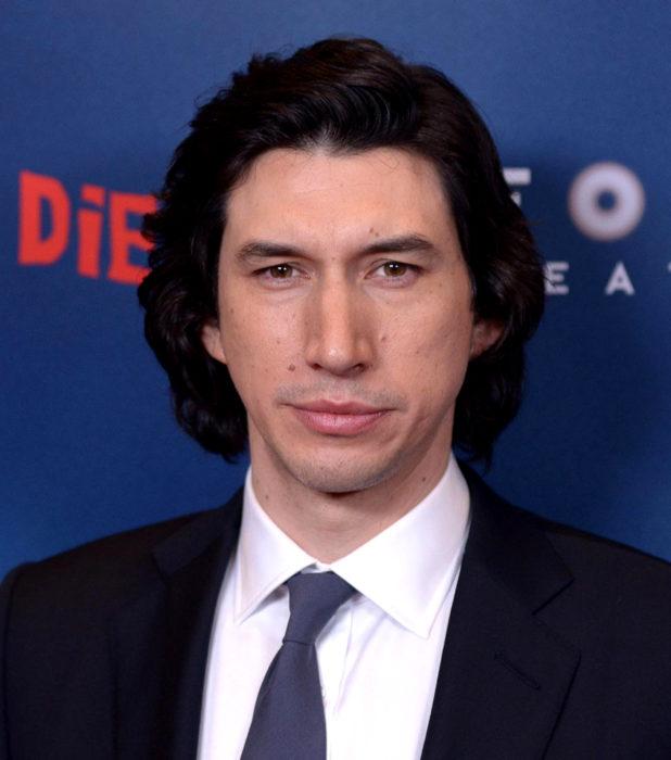 Actor Adam Driver; hombre de cabello largo y negro, con traje de vestir y corbata