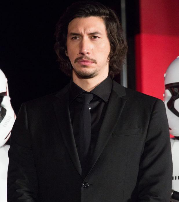 Actor Adam Driver; hombre serio de cabello largo con traje negro