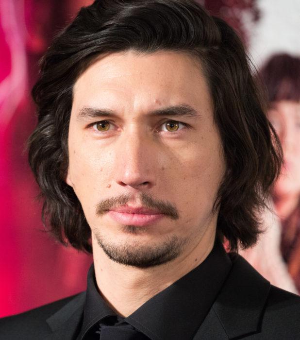 Actor Adam Driver; hombre de ojos verdes, bigote, baraba y cabello castaño oscuro y largo