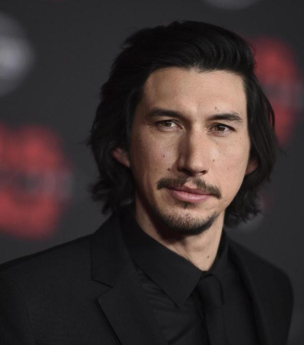 Actor Adam Driver; hombre con traje negro, cabello oscuro, largo y lacio, con bigote y barba