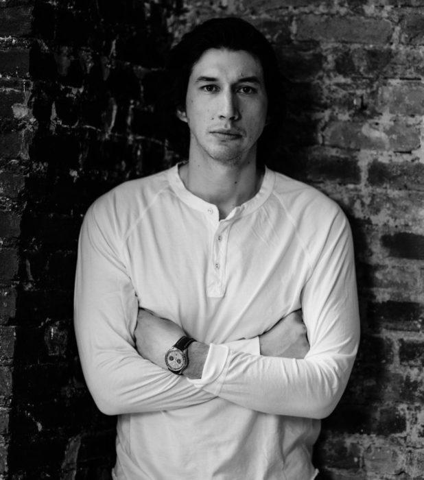 Actor Adam Driver; fotografía en blanco y negro de hombre de ojos negros, cabello oscuro con los brazos cruzados