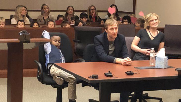 Michael Orlando Clark Jr., niño invita a sus compañeros de kínder a su audiencia de adopción
