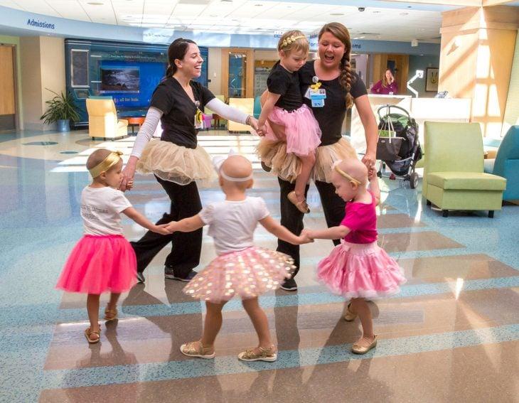 McKinley, Lauren, Ava y Chloe; niñas vencen al cáncer y se hacen amigas en el hospital; pequeñas con tutús rosas bailando