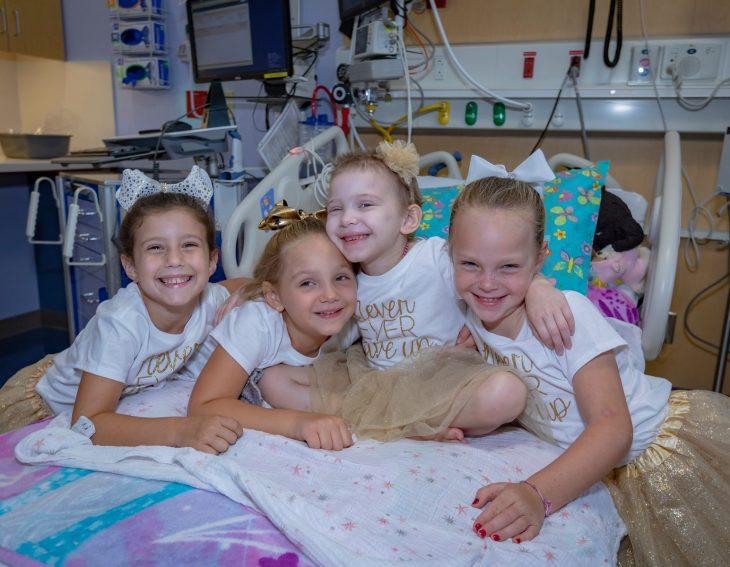 McKinley, Lauren, Ava y Chloe; niñas vencen al cáncer y se hacen amigas en el hospital; pequeñas abrazándose
