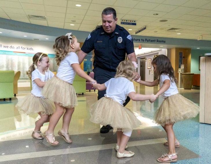McKinley, Lauren, Ava y Chloe; niñas vencen al cáncer y se hacen amigas en el hospital; pequeñas con tutús dorados y moños en la cabeza; pequeñas bailando con policía