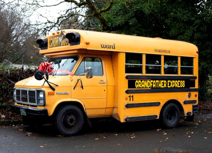 Doug Hayes, abuelo de 10 nietos compra autobús escolar en Navidad para llevarlos a la escuela