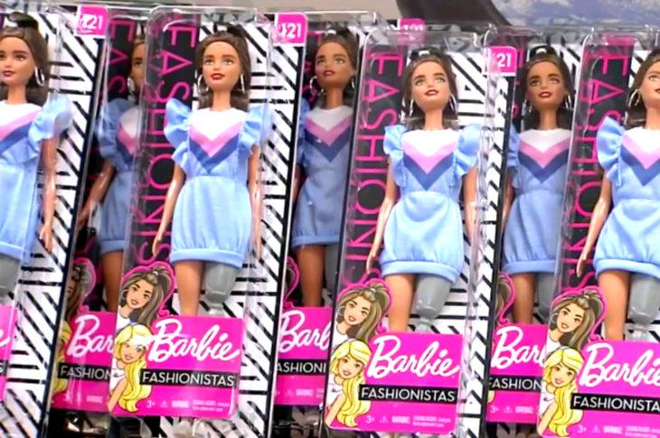 Chloe Newman dona a hospital muñecas Barbie de Mattel con prótesis de pierna