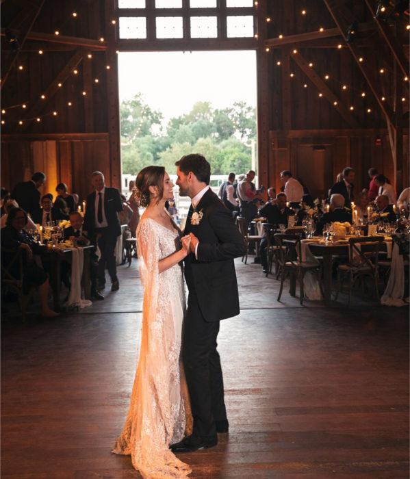 Hilary Swank y Philip Schneider el día de su boda bailando en un amplio salón