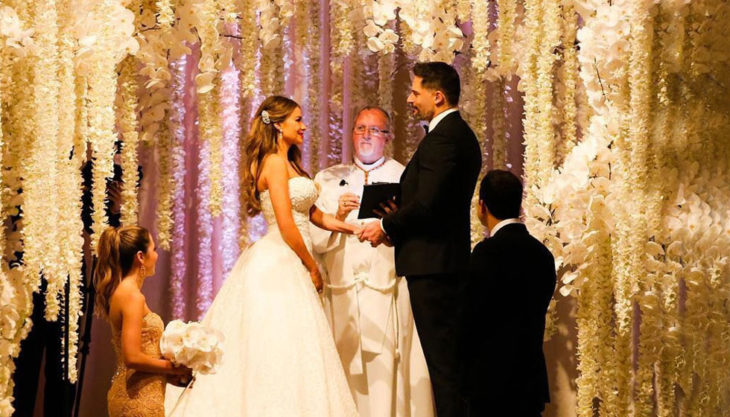 Boda de Sofía Vergara y Joe Manganielloen un hermoso altar decorado con flores blancas