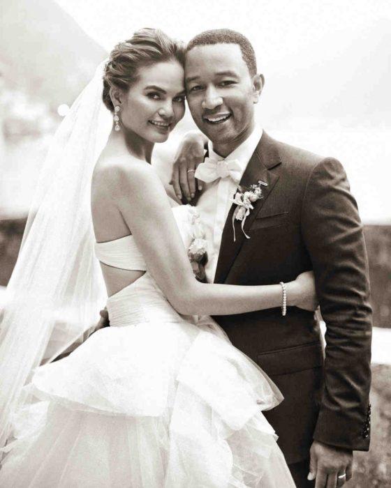 John Legend y Chrissy Teigen el día de su boda abrazados