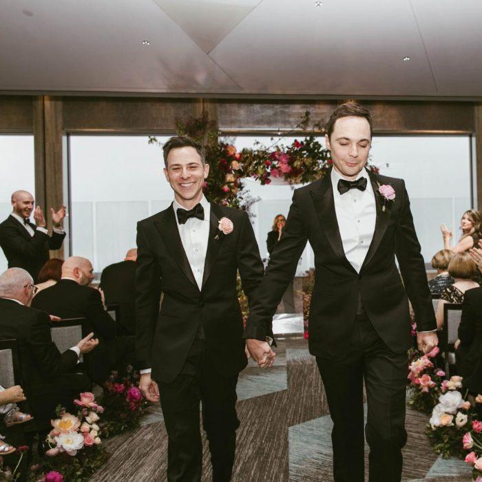 Jim Parsons y Todd Spiewakcaminando tomados de la mano después de su boda