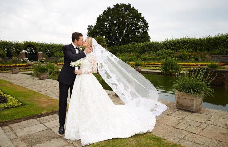 Nicky Hilton y James Rothschildel día de su boda posando para la sesión de fotos en un jardín