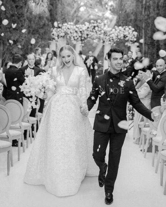 Joe Jonas y Sophie Turnercaminando por el pasillo del altar el día de su boda