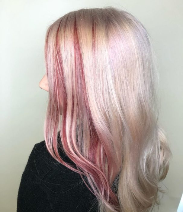 Chica con el cabello color platinado con tintes de luces color rojo