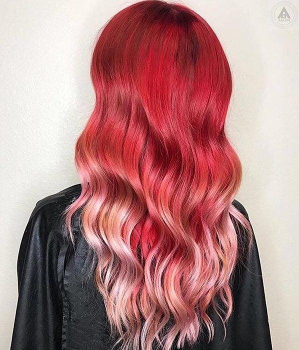 Chica con el cabello teñido en rojo y luces de color platinado