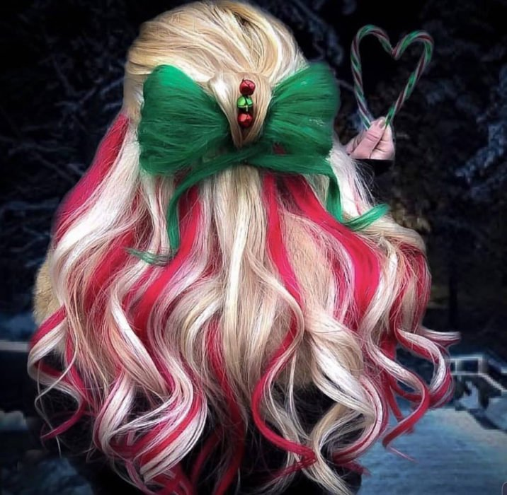 Chica con el cabello rubio teñido de color rojo con blanco y verde