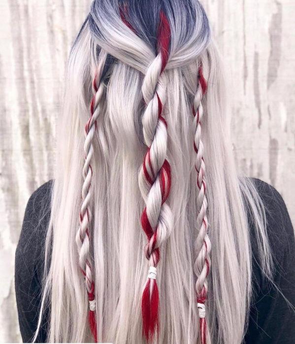 Chica con el cabello teñido de color plata con luces de color rojo