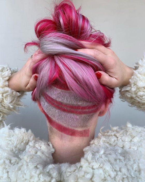 Chica con el cabello teñido de color rosa y rojo