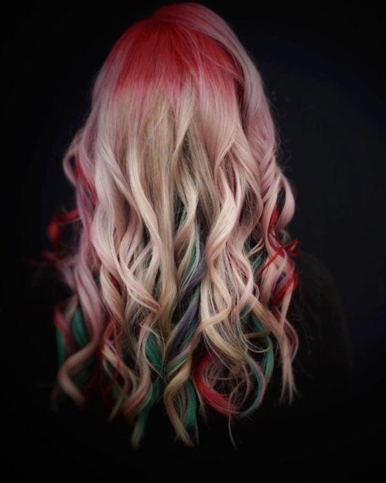 Chica con el cabello teñido de color verde, rojo y dorado