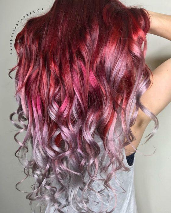 Chica con el cabello teñido de color rojo y platinado