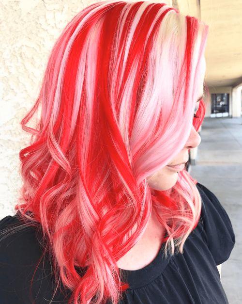 Chica con el cabello teñido de color rojo con platinado