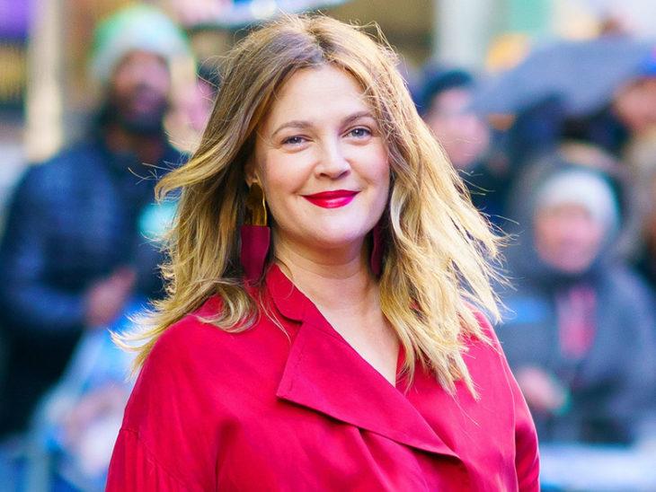 Drew Barrymore sonriendo en una alfombra roja