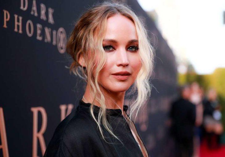 Jennifer Lawrence durante la alfombra roja de su película Spy red