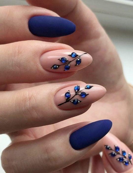 Pantone elije el classic blue como el color del 2020; uñas largas en forma de almendra, azul clásico con pedrería en forma de flores