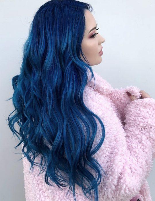 Pantone elije el classic blue como el color del 2020; chica de cabello largo, ondulado azul clásico con abrigo rosa