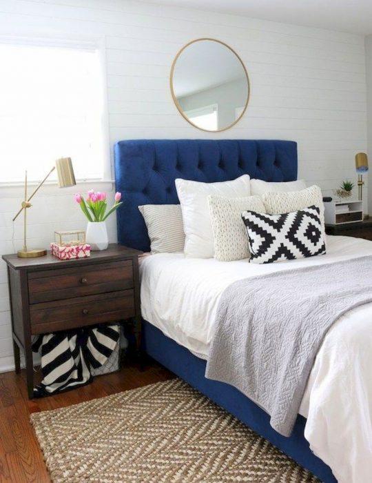 Pantone elije el classic blue como el color del 2020; cama con cabecera azul clásico