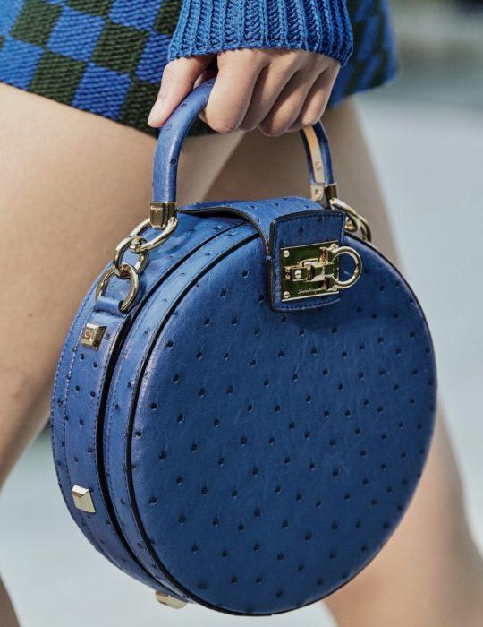 Pantone elije el classic blue como el color del 2020; bolsa de mano redonda color azul clásico