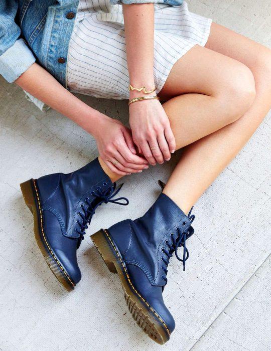 Pantone elije el classic blue como el color del 2020; botas Dr. Martens azul clásico